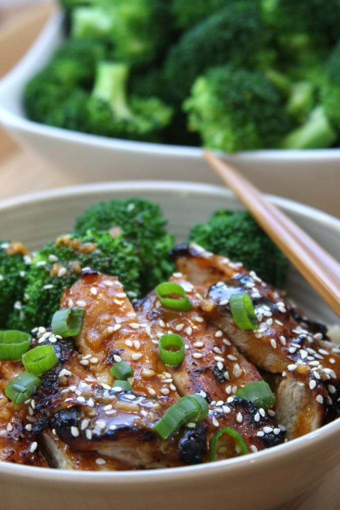 Asian Chicken Sriracha Bowl recipe - juicy chicken with blanched broccoli. Flavors of sesame, ginger and garlic with a hint of spice. I absolutely love these flavors.